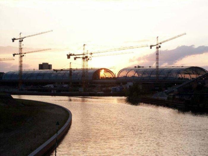 Bild: Sonnenuntergang am neuen Bahnhof. Aufgenommen am 28.06.2002 Foto: Lennart Blume