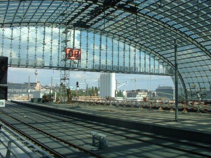 Bild: Blickrichtung Friedrichstraße und Fernbahn.  Aufgenommen am 05.07.2002