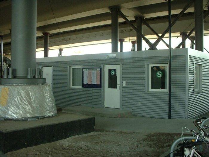 Bild: Die Aufsicht sitzt in diesem Container unter dem Bahnhof. Abgefertigt wird mit Kamera. Aufgenommen am 05.07.2002