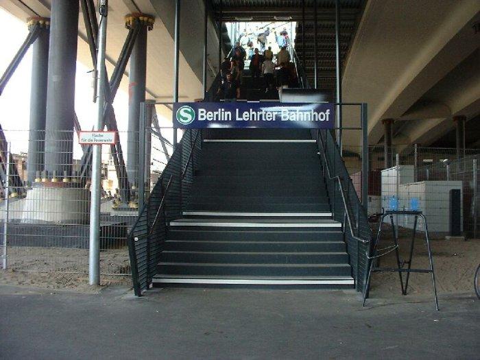 Bild: Der Eingang des S-Bahnhofes.  Aufgenommen am 05.07.2002