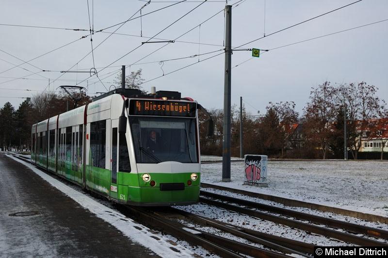 Bild: Combino 621 als Linie 4 kurz hinter der Haltestelle Agentur für Arbeit.