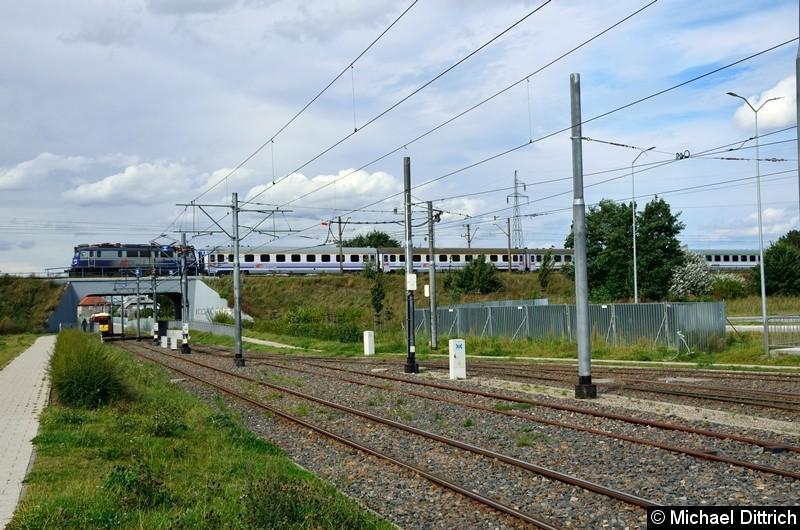 Die Straßenbahn hat die Brücke leider nicht ganz geschafft, als die Eisenbahn über selbige fuhr. Die ex-Berliner KT4Dt 150 (7092) + 153 (7056) als Linie 8 auf dem Weg nach Turkosowa.