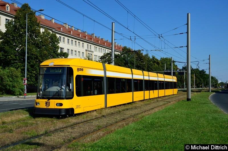 Bild: 2717 als Linie 2 in der Grunaer Straße zwischen den Haltestellen Deutsches Hygiene-Museum und Pirnaischer Platz.