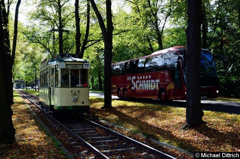 Hier ist der Wagen 124 auf dem Weg zum Herrenkrug. Der auf dem Bild zu sehende Reisebus fuhr neben dem Wagen her.