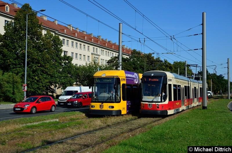 2625 als Linie 1 begegnet 2588 als Linie 44 in der Grunaer Straße zwischen den Haltestellen Deutsches Hygiene-Museum und Pirnaischer Platz.