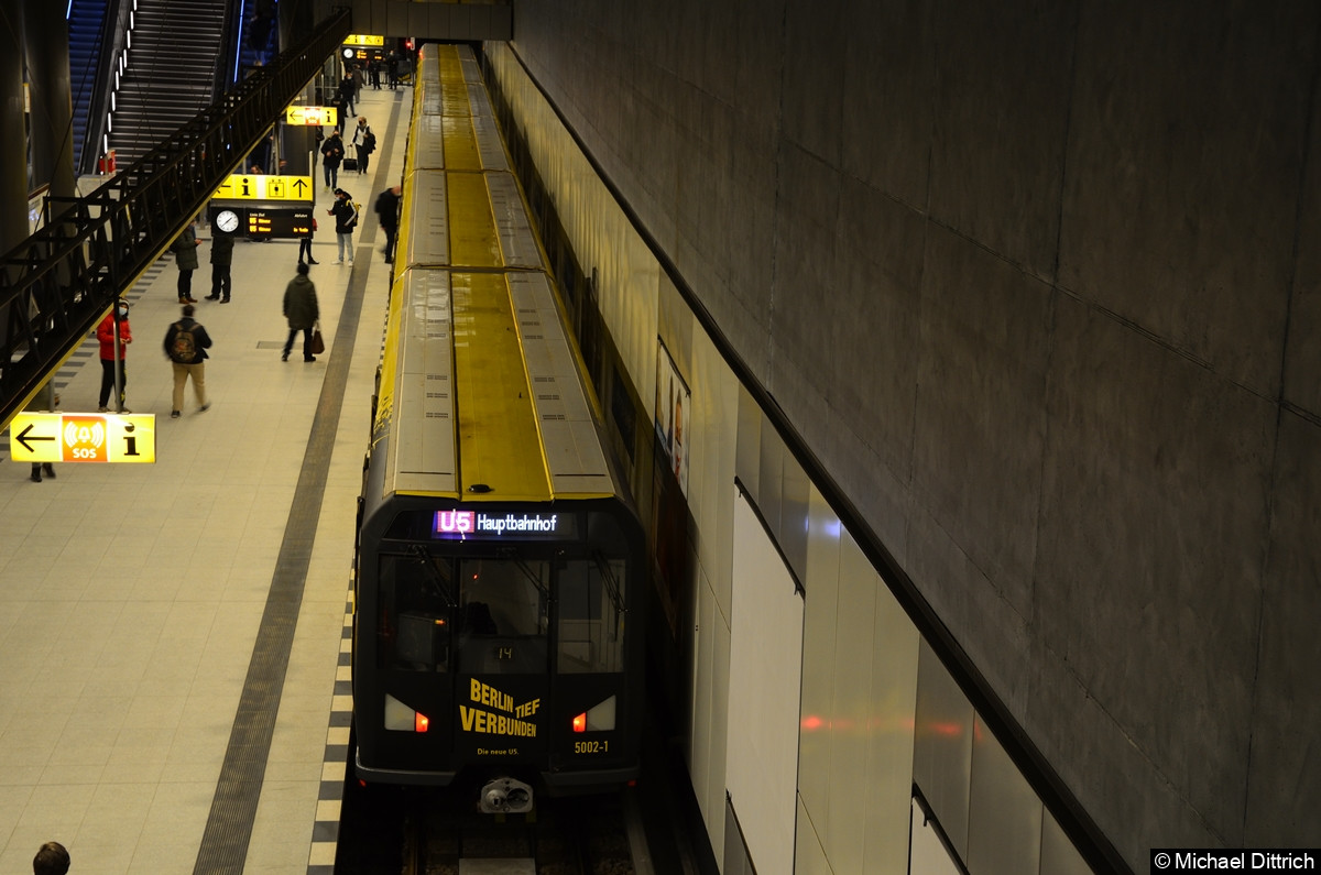 Eröffnung der U5 zu Hauptbahnhof. 5002 mit seiner besonderen Beklebung zur Eröffnung.