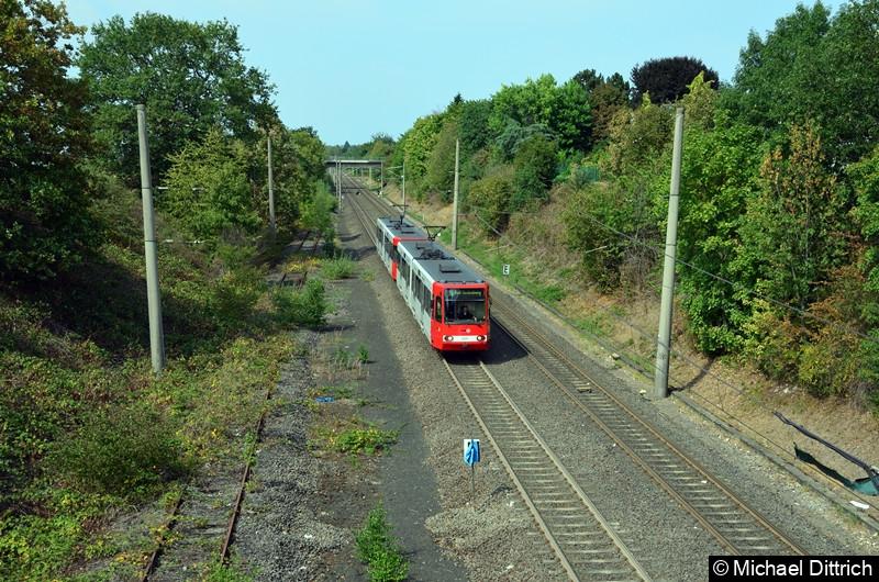 Als erster Wagen fährt hier der 2221 in Richtung Bonn in die Haltestelle Buschdorf ein.