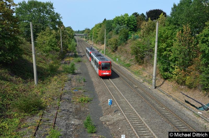 Als erster Wagen fährt hier der 2237 in Richtung Bonn in die Haltestelle Buschdorf ein.