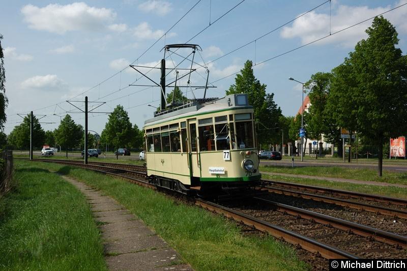 Bild: Wagen 70 als Linie 77 anlässlich 30 Jahre Strecke nach Olvenstedt: Hier zwischen den Haltestellen Rennetal und Albert-Vater-Str.