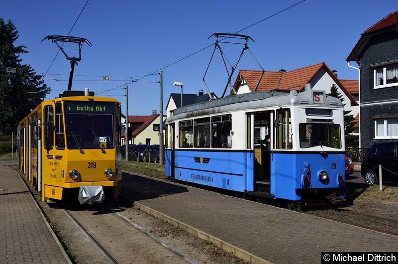 In Bad Tabarz stellte sich dann Wagen 39 neben den Wagen 319. Das grüne Dreieck in der Front des 319 bedeutet, dass ihm ein zweiter Wagen in die Eingleisigkeit folgt.