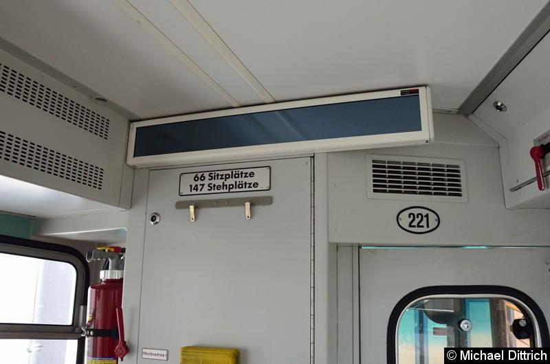 Haltestellenanzeige und Angaben über die Personenzahl des Wagens.