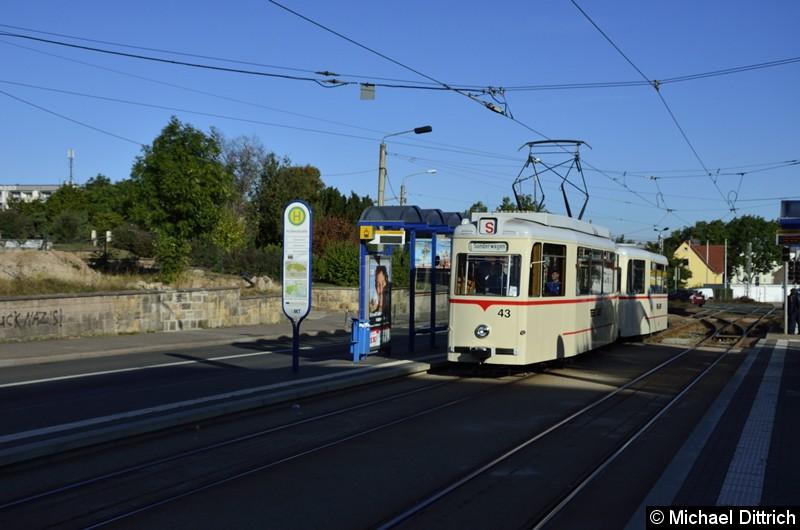 Wagen 43 und Beiwagen 93 im Korso auf dem Weg zum Hauptbahnhof an der Haltestelle Huttenstraße.