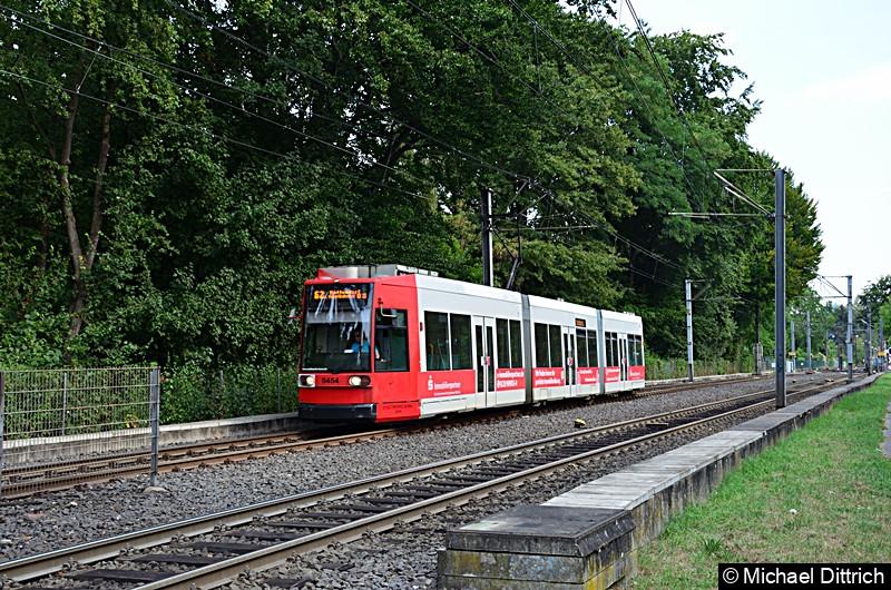 9454 als Linie 62 bei der Ankunft an der Haltestelle Oberkassel Süd/Römlinghoven, wo er seine neue Fahrt beginnt.