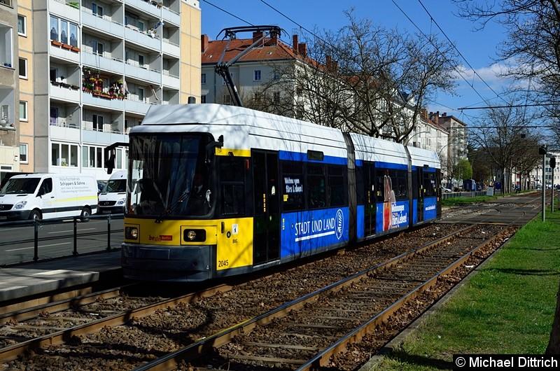 Bild: 2045 als Linie M10 an der Haltestelle Arnswalder Platz.