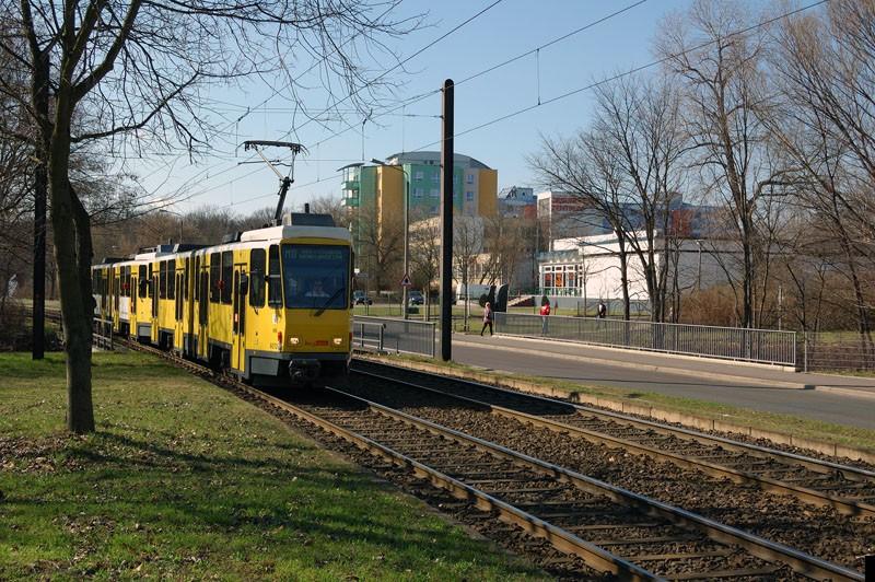 Bild: 6072 als Linie M8 nach Hohenschönhausen, Gehrenseestr. kurz vor der Haltestelle Alle der Kosmonauten/Rhinstr.