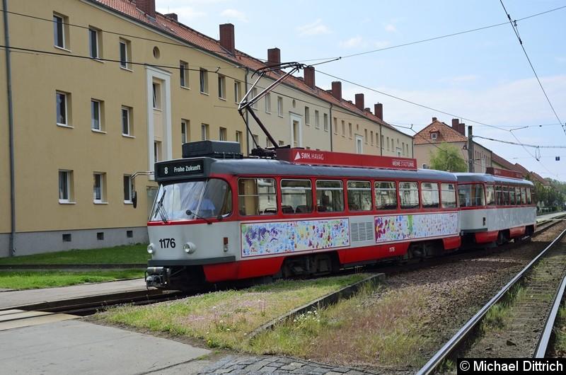 Sonderfahrt mit 1176 + 204: Ankunft des Zuges als Linie 8 in der Frohen Zukunft.
