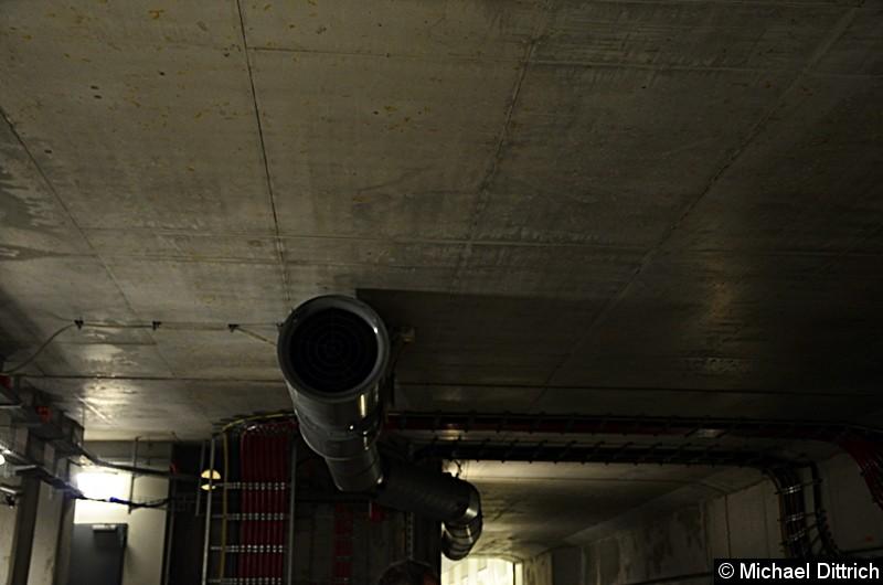 Entlüftung des Tunnels. Da der Tunnel keine Belüftung hat, wird er durch diese Gebläse gelüftet.