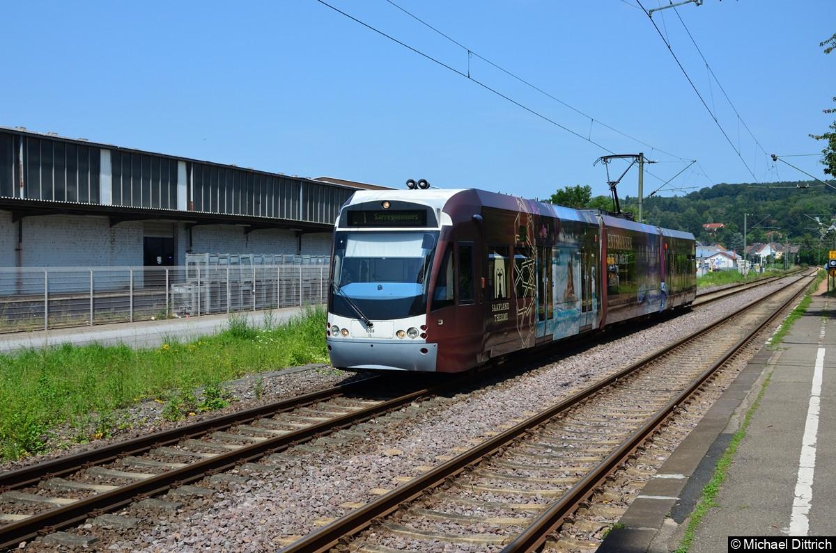 1009 auf dem Weg nach Sarrguemines kurz vor dem Halt in Bübingen, dessen Bahnsteig rechts für die Gegenrichtung zu sehen ist.