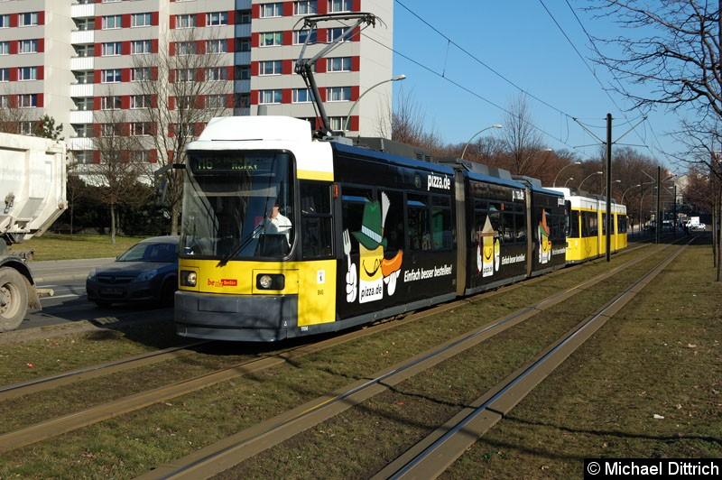 Bild: 1004 + 1086 als Linie M6 zwischen den Haltestellen Platz der Vereinten Nationen und Büschingstr.