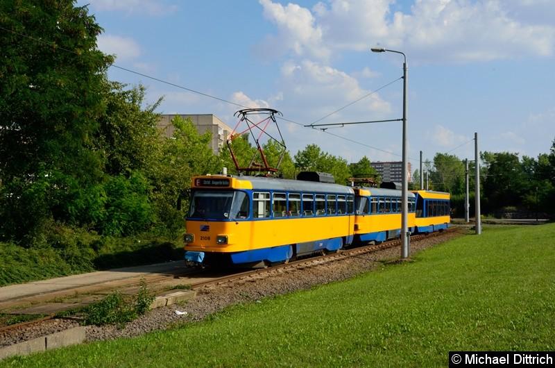 Bild: 2108 + 2157 + 914 als Linie 8 an der Haltestelle Grünau-Nord.