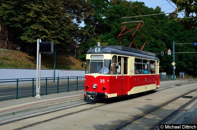 Wagen 35 auf Sonderfahrt am Hauptbahnhof.