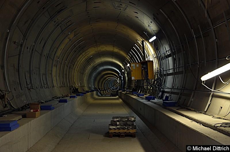 Blick in die Tunnelröhre in Richtung Hönow. Theoretisch kann man diese bis zum provisorischen Schott am Bahnhof Museumsinsel benutzen.