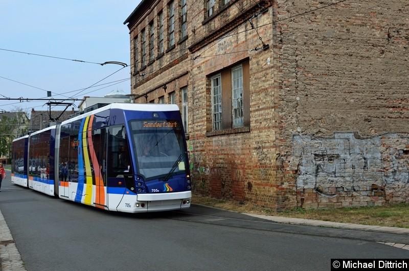 Der aus Jena ausgeliehene Wagen 705 bei der Sonderfahrt in der Bachgasse.