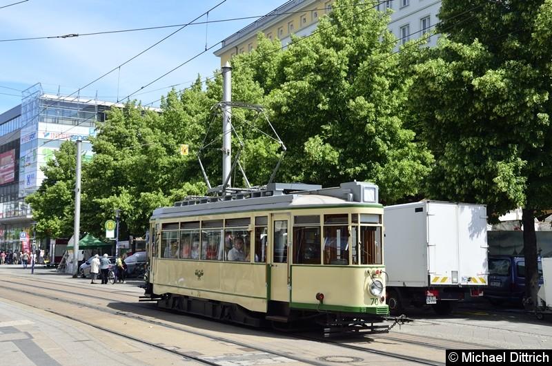 Bild: Der historische Triebwagen 70 im Breiten Weg auf dem Weg nach Herrenkrug.