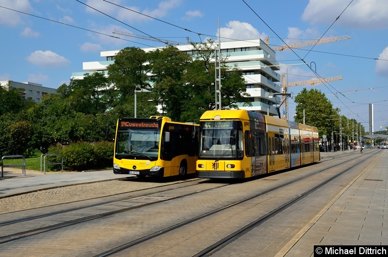 Bus 9101 als Linie 94 und Straßenbahn 2589 als Linie 44 an der Haltestelle Webergasse.