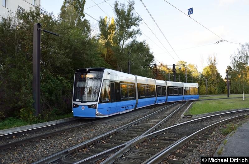608 verlässt als Linie 1 in der Wendeschleife Rügener Straße.