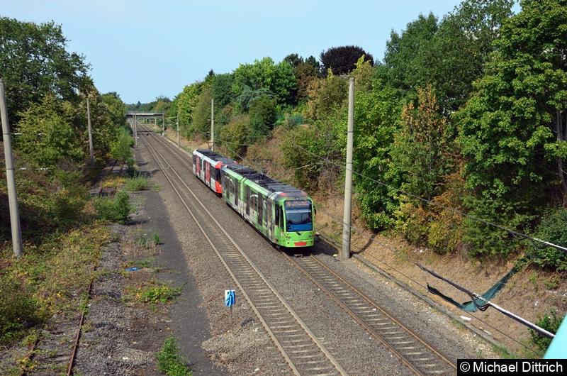 Als zweiter Wagen fährt hier der 0369 in Richtung Köln von der Haltestelle Buschdorf ab.