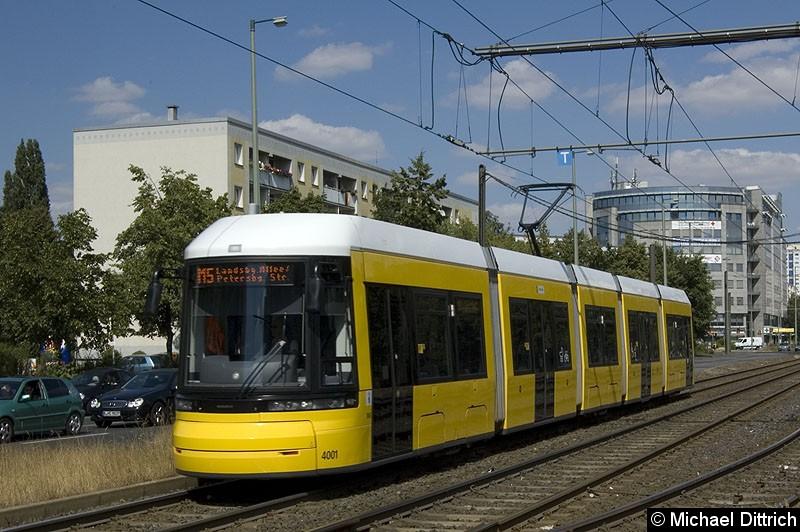 Bild: 4001 als Linie M5 kurz vor der Haltestelle S Landsberger Allee.