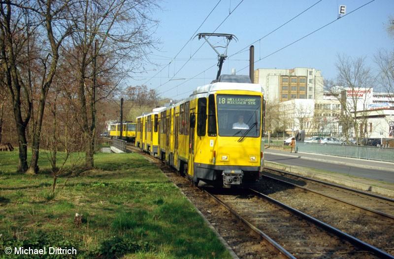 Bild: 6069 als Linie 18 vor der Haltestelle Allee der Kosmonauten/Rhinstraße.