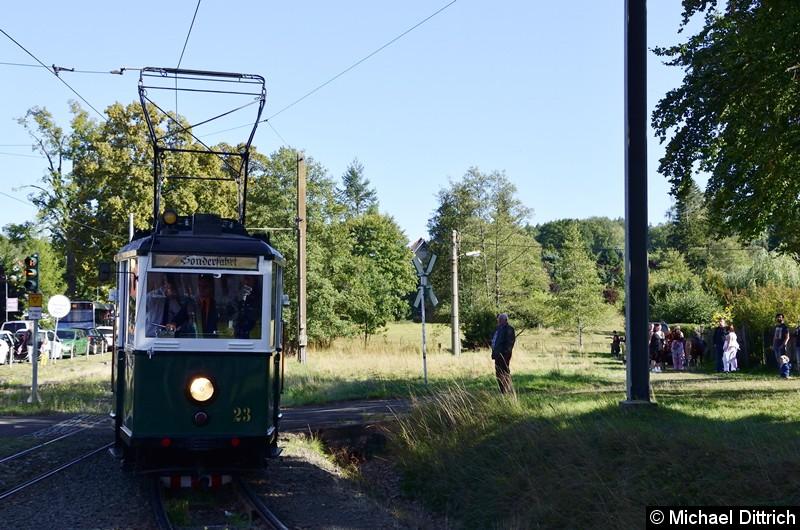 Anlässlich des Weltkindertages fand in Bad Tabarz ein Fest statt. Dazu setzte man den Wagen 23 aus Nordhausen zu Sonderfahrten ein. Hier kommt er gerade in Bad Tabarz an.