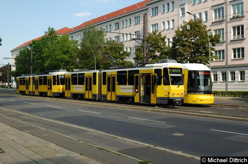Bild: 6163 + 6103 als Linie M4 in der Wendestelle Kniprodestr.