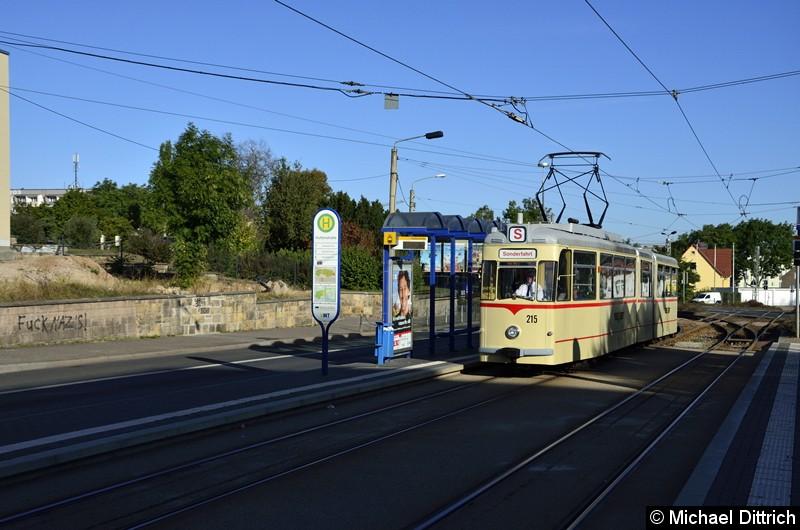215 kam als letzter Wagen im Korso an der Haltestelle Huttenstraße vorbei.