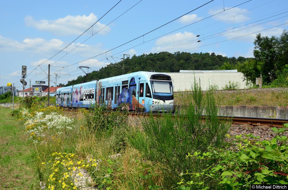 1023 hat ebenfalls den Systemwechsel vollzogen und fährt nun mit 750 Volt Gleichstrom in Richtung Sielderheim zur Haltestelle Römerkastell.