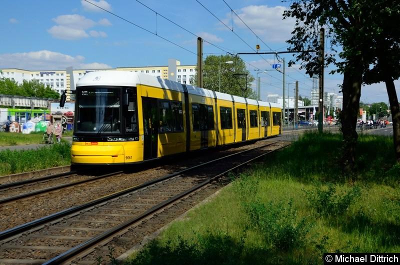 9061 als Linie M8 hinter der Haltestelle Allee der Kosmonauten/Rhinstraße.