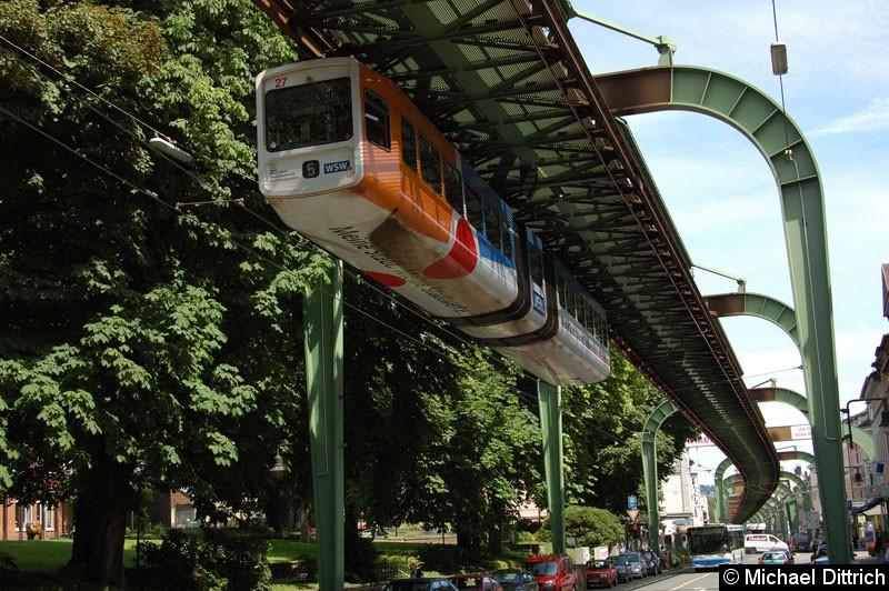 Bild: Wagen 27 kurz vor der Endhaltestelle Vohlwinkel. Darunter sieht man die Fahrleitungen des O-Busses, welcher aus Solingen kommt.