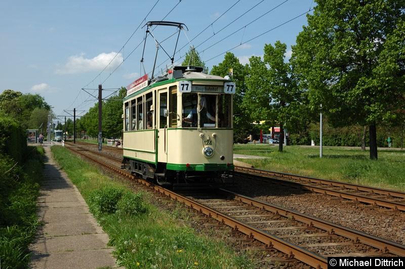 Bild: Wagen 124 als Linie 77 anlässlich 30 Jahre Strecke nach Olvenstedt: Hier kurz hinter der Haltestelle Albert-Vater-Str.
