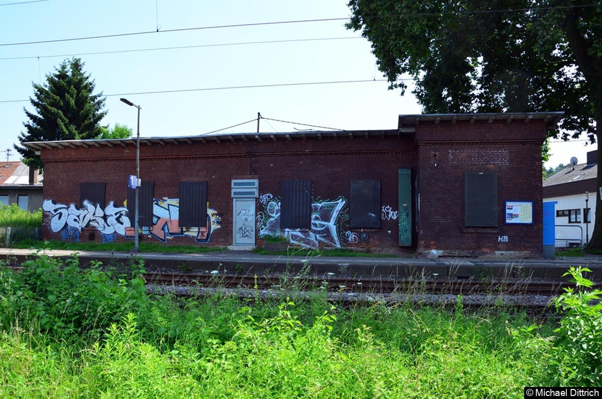 Das Bahnhofsgebäude von der Bahnseite. Rechts im Vorbau saß einmal ein Fahrdienstleiter.
