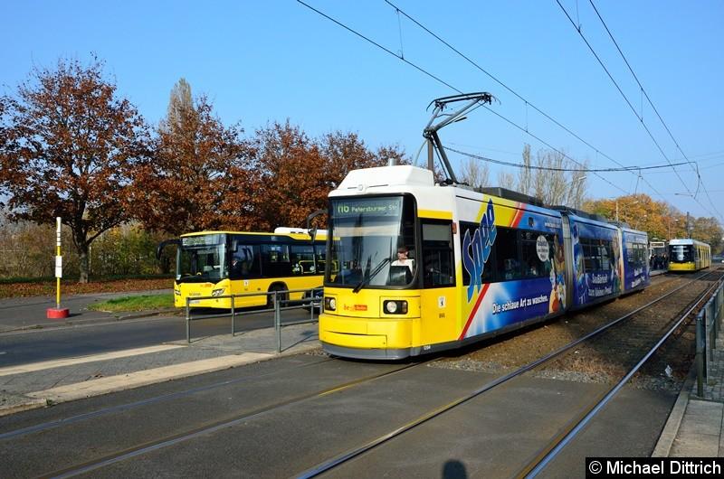 Bild: 1204 als Linie M6 beim Verlassen der Haltestelle Hohenschönhauser Str./Weißenseer Weg.
