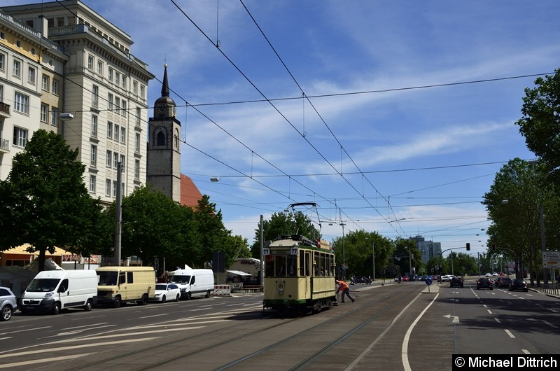 Der historische Triebwagen 124 in der Ernst-Reuter-Allee kurz hinter der Weiche zur Hartstraße.  Dazu hat der Triebwagen hier gewendet. Im Hintergrund sieht man einen Mitarbeiter die Weiche umstellen.