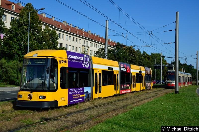 2588 als Linie 44 in der Grunaer Straße zwischen den Haltestellen Deutsches Hygiene-Museum und Pirnaischer Platz.
