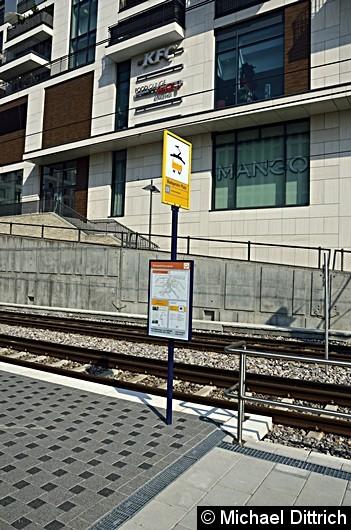 Für die Sonderfahrten wurden in Stuttgart entlang der Linie 23 Haltestellenmasten aufgestellt. Hier am Budapester Platz, einer neu eingerichteten Haltestelle. Die Bahnen halten hier aber nur in Richtung Cannstatt. In der Gegenrichtung ist kein Platz vorhanden.