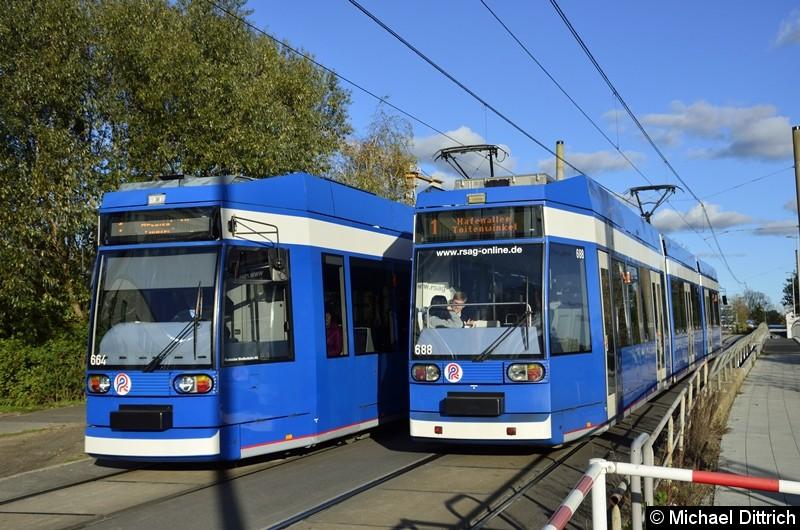 664 trifft auf 688, beide als Linie 1, in der Naähe der Haltestelle Stadthafen.