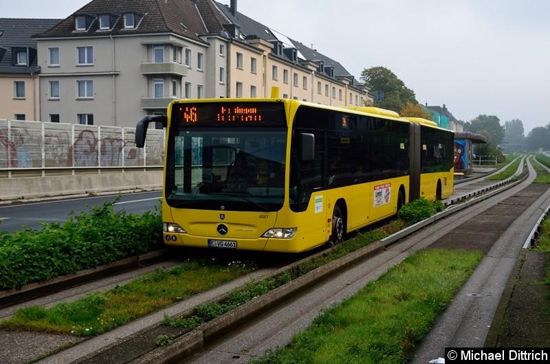 Der Bus hat die Haltestelle Oberschlesienstraße verlassen.