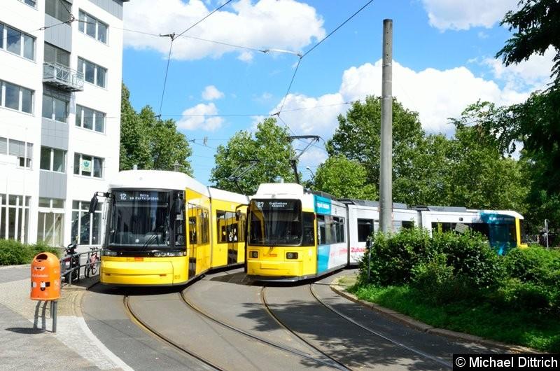 9055 als Linie 12 und 1588 als Linie 27 in der Wendeschleife am Pasedagplatz.