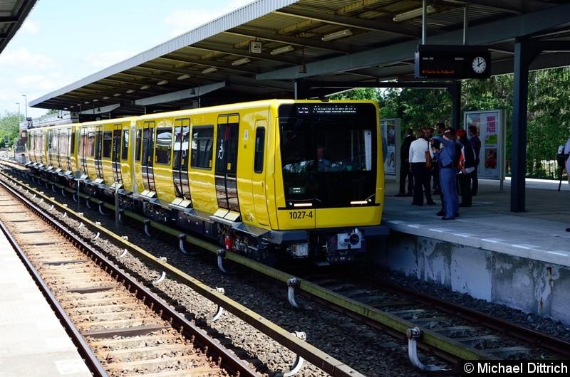 1027 bei seiner Vorstellung auf dem Bahnhof Biesdorf.