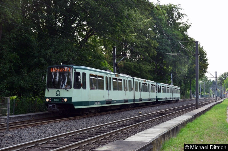 9356 und ein unbekannt gebliebener Wagen als Linie 66 bei der Ankunft an der Haltestelle Oberkassel Süd/Römlinghoven.